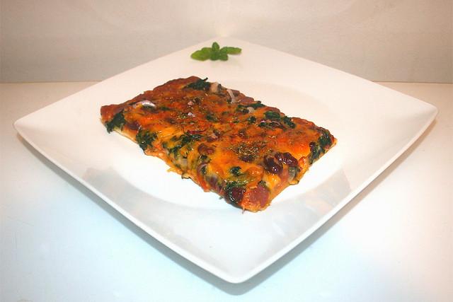11 - Spinach salami kidney beans  pizza - Side view / Spinat Salami Kidneybohnen Pizza - Seitenansicht
