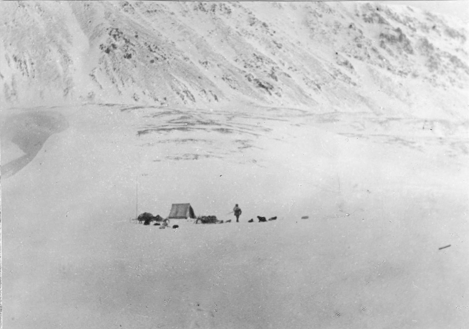 Лагерь у подножия горы.