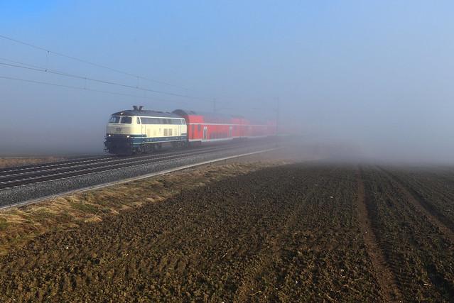 out of the fog I 218 446-3 I RE 57582 I Kottgeisering (13992)