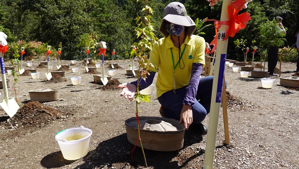 慈心基金會的志工說明水寶盆使用方式。孫文臨攝