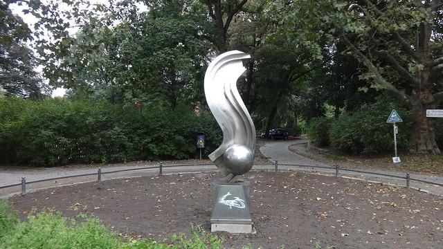 1995 Berlin Der Anfang und das Ende oder Woge mit Kugel von Volkmar Haase Edelstahl Lietzenseepark Witzlebenplatz in 14057 Charlottenburg