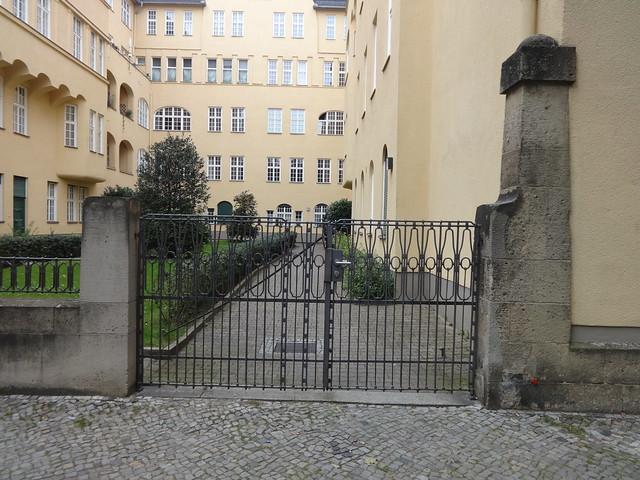 1905/07 Berlin Einfriedung mit Ziergitter in geometrischem Jugendstil Wohnanlage Schillerpark von Albert Gessner Schillerstraße 12-15 in 10625 Charlottenburg