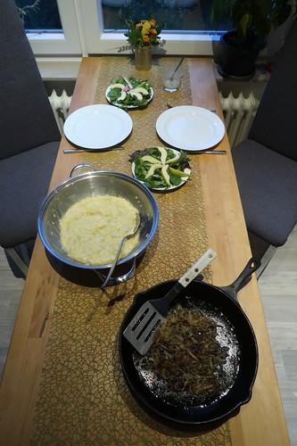Rys und Pohr (= Schweizer Risotto) mit geschmorten Zwiebeln und dazu Salat