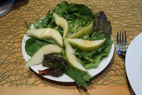 Salat mit Birnenspalten und Senf-Honig-Soße
