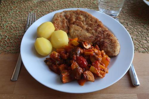 Paniertes Schweineschnitzel mit scharfer Paprikasoße und Salzkartoffeln (mein Teller)