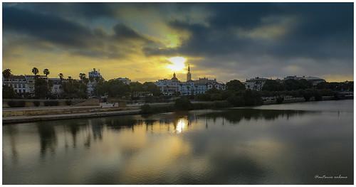 ⭐Amanece sobre la Giralda y el río Guadalquivir    .... // ..    It dawns over the Giralda and the Guadalquivir river. .( EXPLORE 25/09/2021) by @antonio urbano