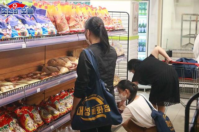 손님들로 흥성이는 대성백화점 - Taesong Department Store - The Taesong Department Store built into a multi-functional service base is crowded with visitors every day. -3