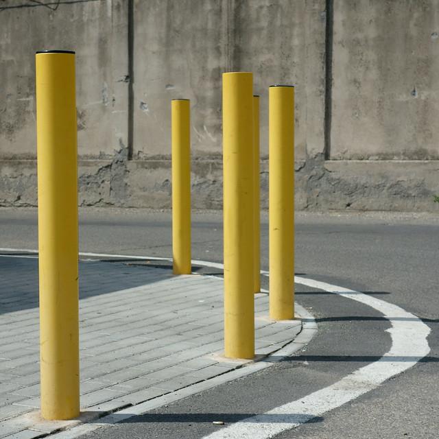 Svolta a sinistra con piloni gialli. Left turn with yellow pylons.( Trasfigurazione/Transfiguration)