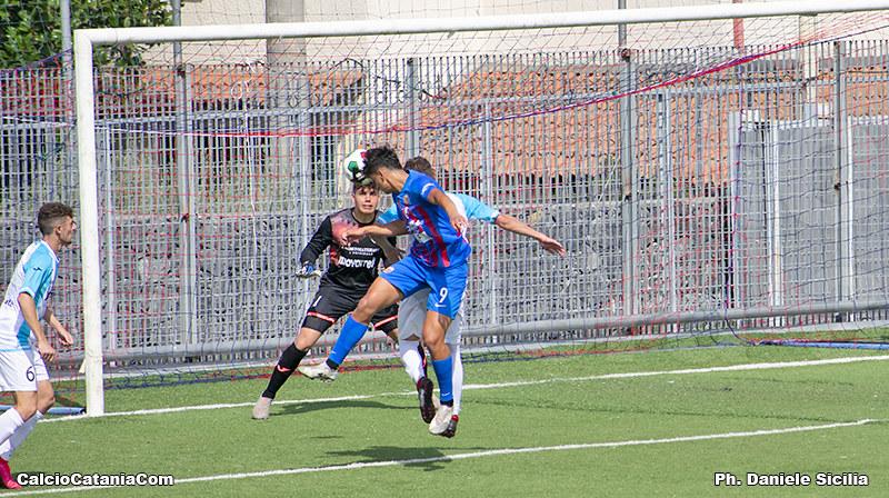 Flavio Russo colpisce di testa, Cassano parerà negando il gol all'attaccante