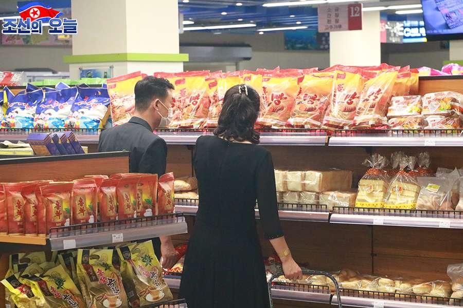 손님들로 흥성이는 대성백화점 - Taesong Department Store - The Taesong Department Store built into a multi-functional service base is crowded with visitors every day. -