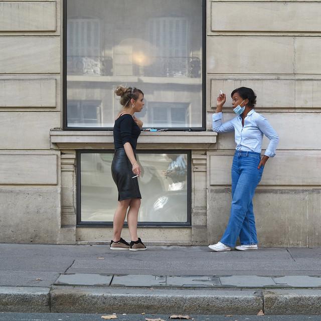 The smoke break of two shop assistants on the Champs Elysées