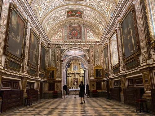 Sacristía del Convento de Guadalupe, con cuadros de Zurbarán y el fanal de la galera Sultana capturado en la Batalla de Lepanto