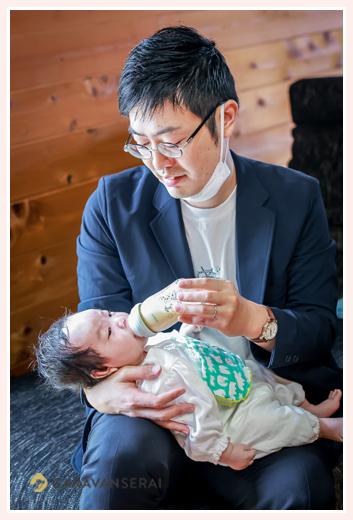 イクメンパパ 赤ちゃんにミルクをあげているところ