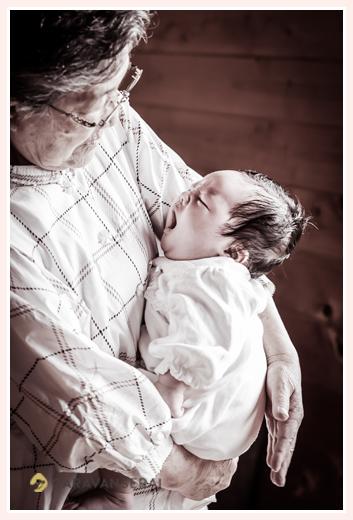 大あくびする赤ちゃん おばあちゃまが抱っこ