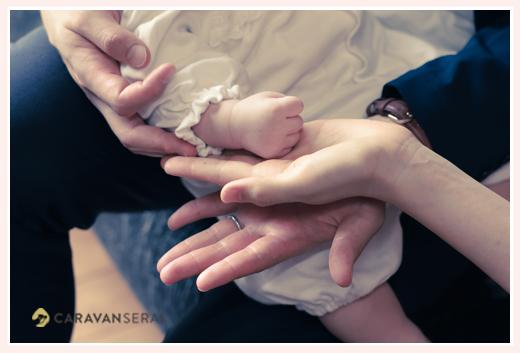 親子3人の手 パパ・ママ・赤ちゃん