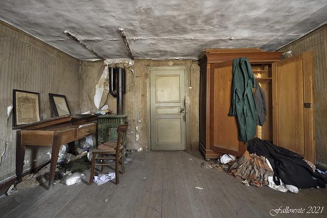 Caché au fond de l'armoire.
