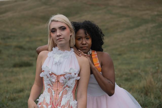 Deux femmes en robe de mariée style rock n roll, maquillées, dnas les alpages