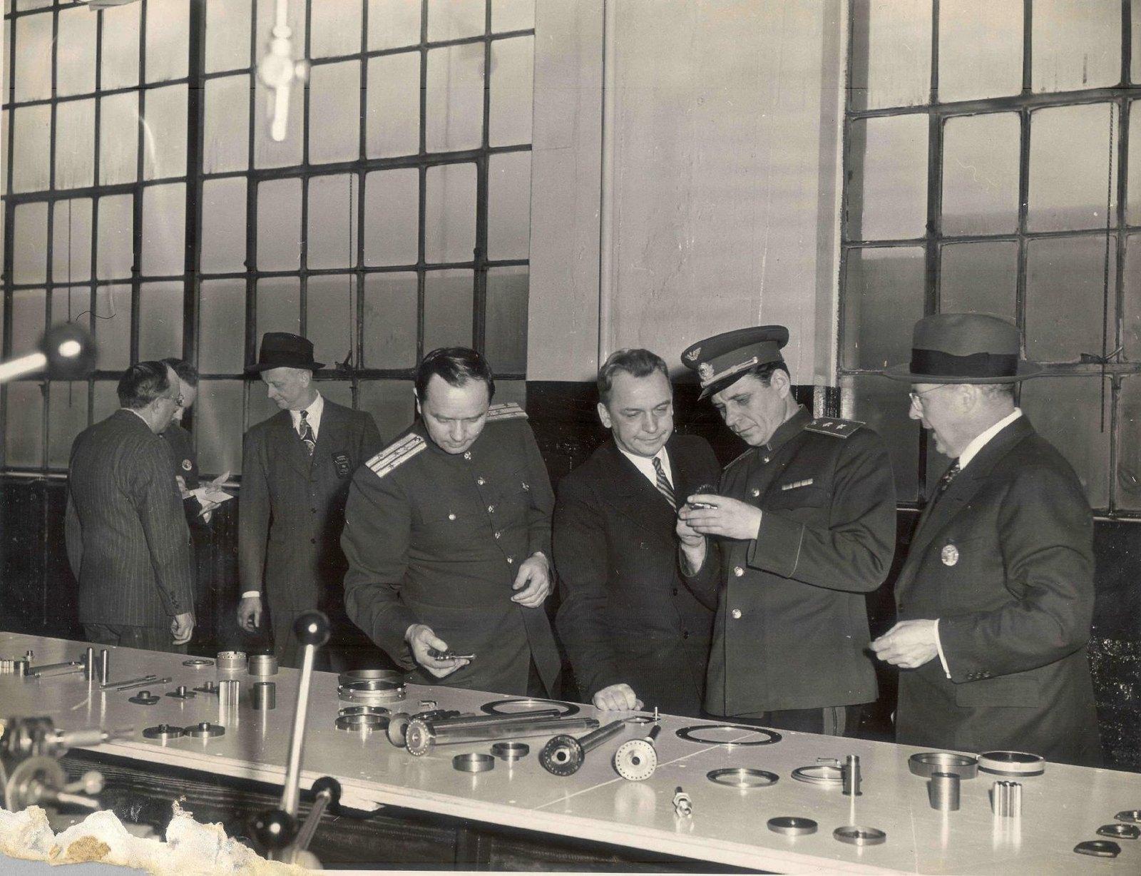 1943. Пискунов Сергей Аверьянович в числе делегации на заводе «Форд» (США), выпускающем самолеты