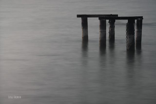 Relitti di un pontile. ( Lago di Garda.)