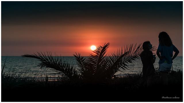 Confidencias de amigas al atardecer // Confidences of friends at sunset