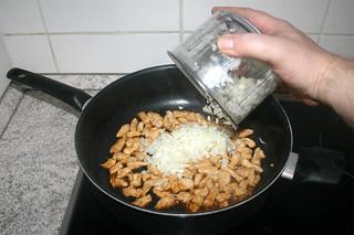13 - Add onion / Zwiebel addieren