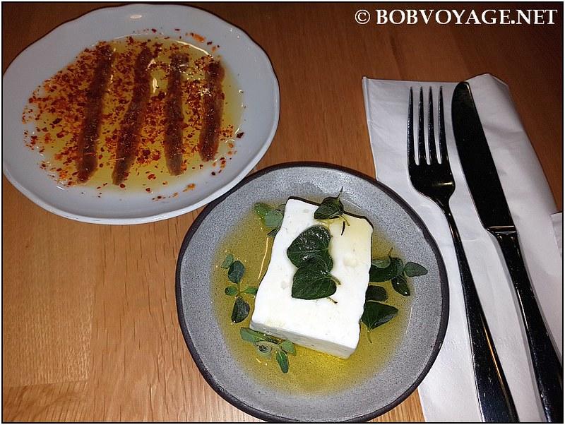 אנשובי אורטיז ו-גבינת פטה עיזים של משק הירש ב-מסעדת נומי (Nomi)