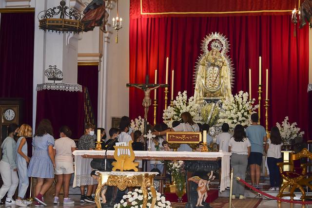 Ofrenda floral de escolares palaciegos a la Virgen de las Nieves
