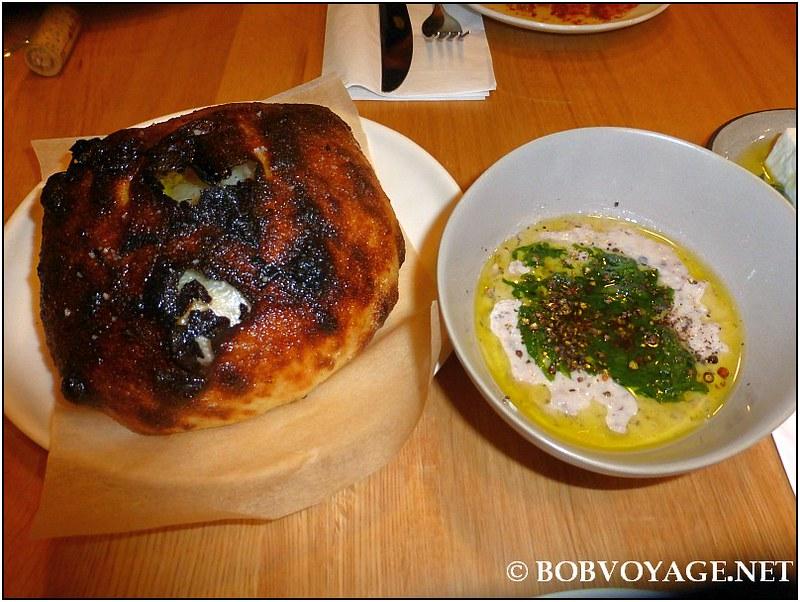 לחם אש ומסבחה לוביה עם קרם פרש עיזים ב-מסעדת נומי (Nomi)