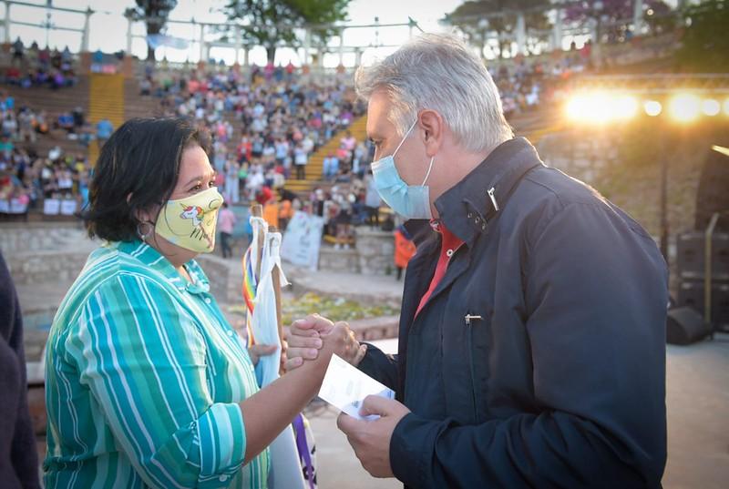 Llaryora entregó 800 credenciales a feriantes de los Paseos de la Economía Popular
