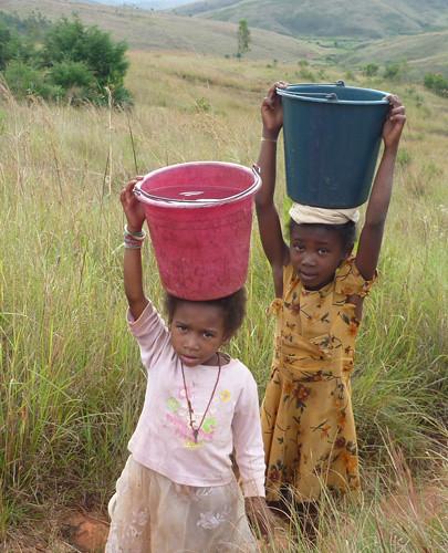 mada enfants-porteurs-eau