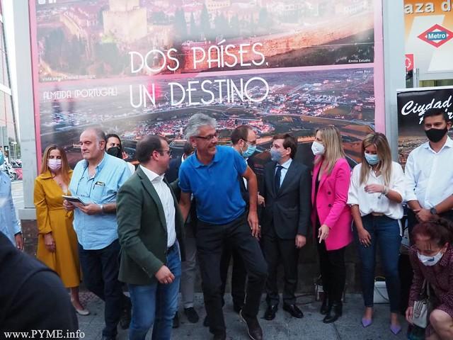 Buenaventura Montero, presidente de AFECIR, a la derecha de la imagen en la presentación en el Intercambiador de Plaza de Castilla de Ciudad Rodrigo como destino turístico.