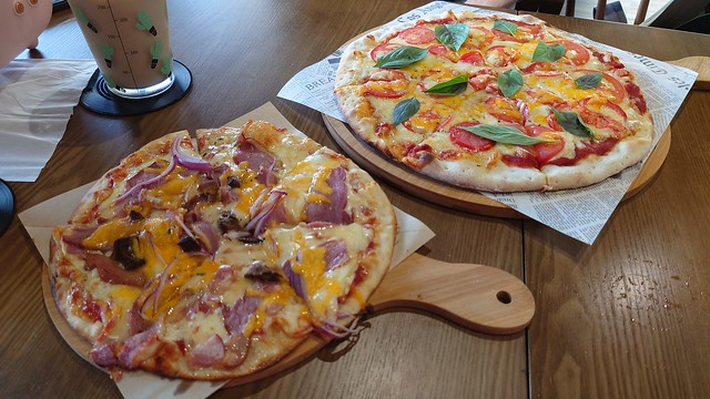 Lunch with my partner in a new pizza house next to the Anping canal.