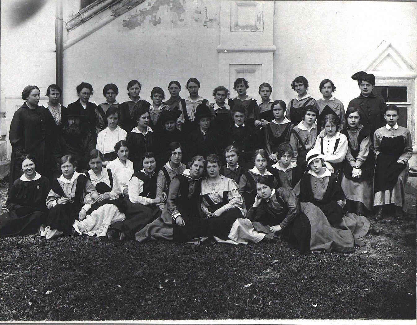 Выпускной класс женской гимназии Дмитрова с преподавателями. 1917