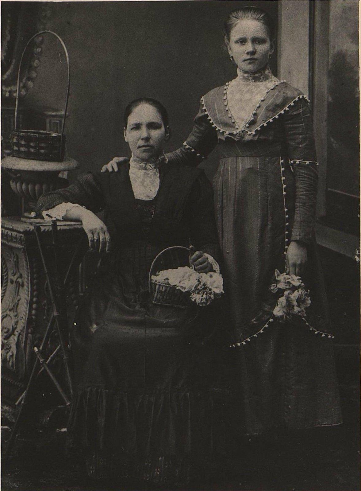 Чугунова Ольга Яковлевна и Сергеева Агафья Семёновна. 1916