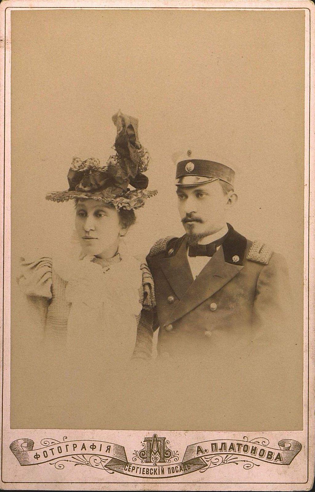 Мыльников Михаил Иванович, начальник мужской школы города Дмитрова, и его племянница. 1890