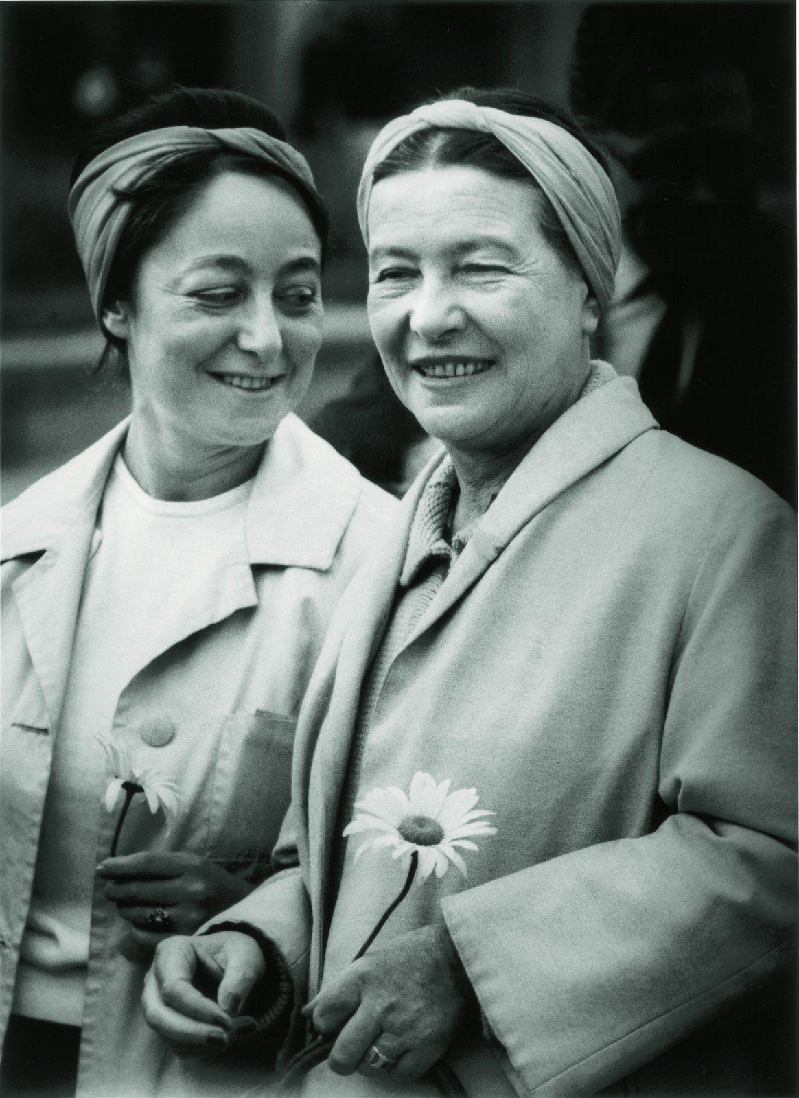 35. 1965. С. де Бовуар и Л. Жомина в аэропорту Вильнюса