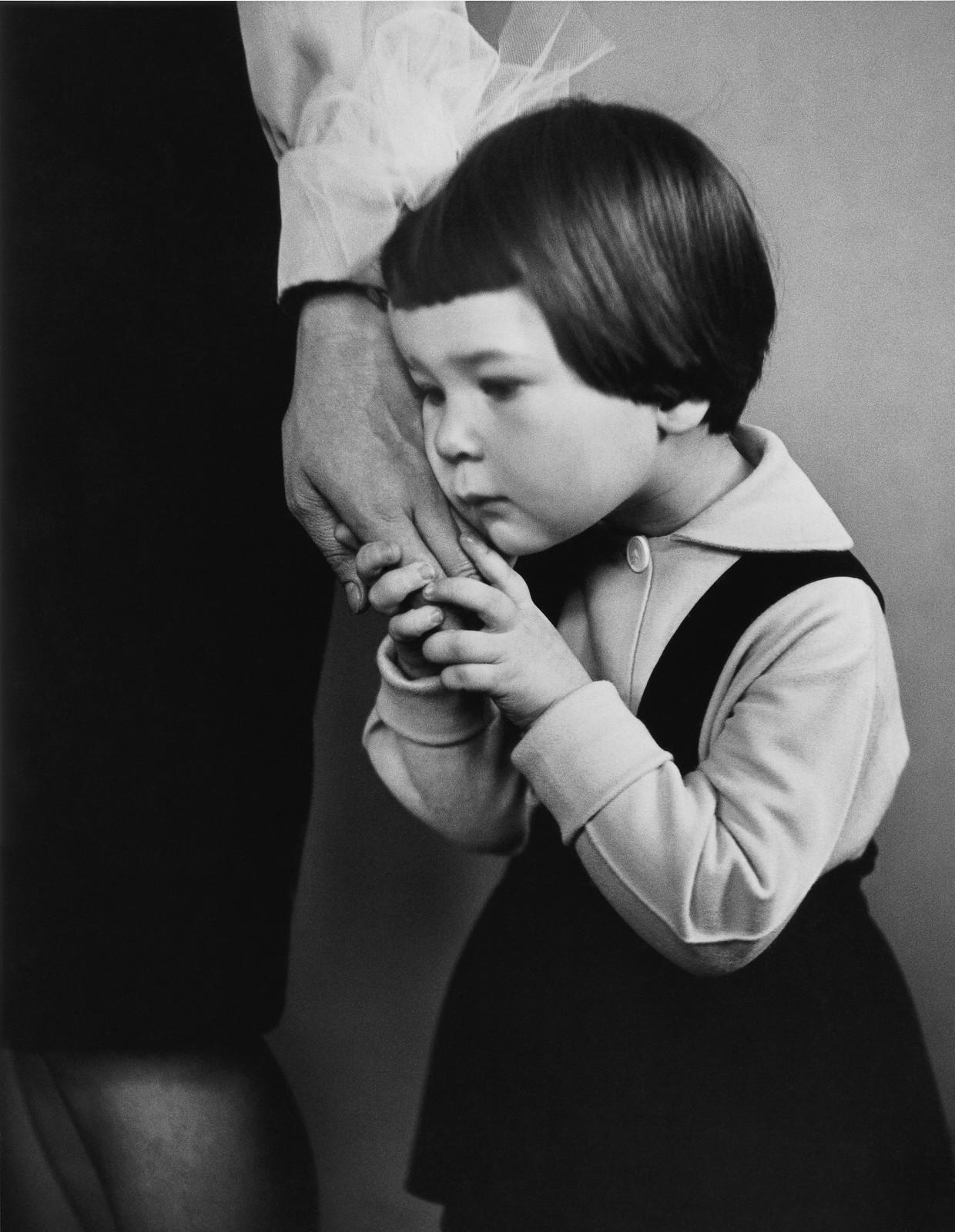 29. 1965. Руки матери