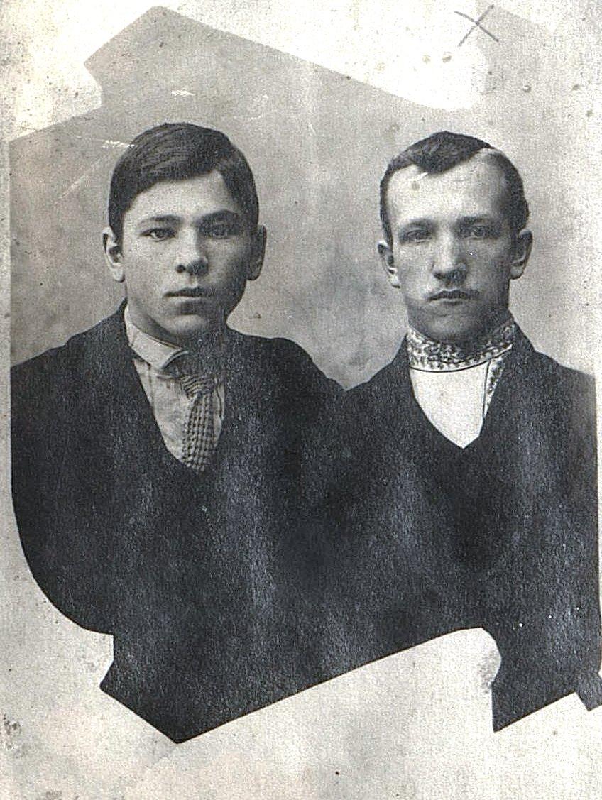 Катанов Егор Яковлевич и Кирсанов Алексей Иванович, рабочие галунно-бахромного промысла. 1914
