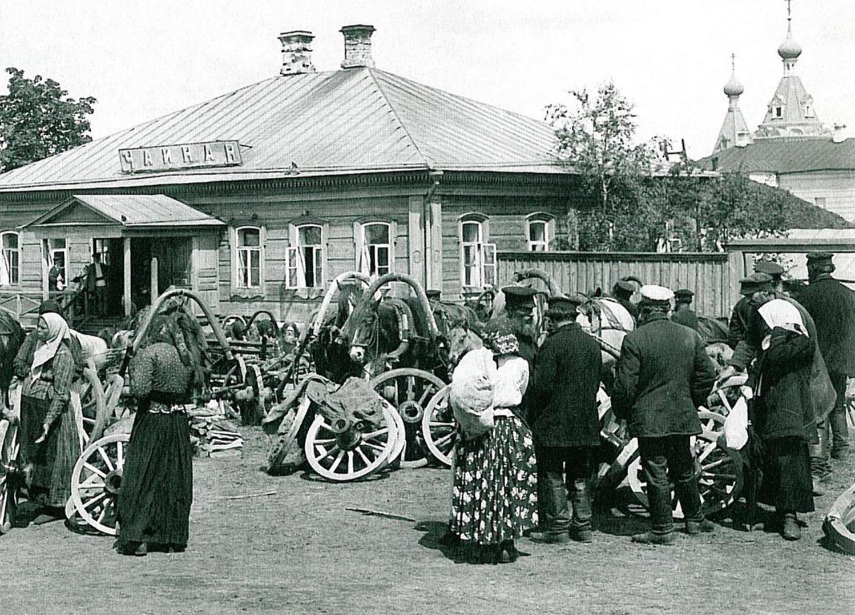 Базарная площадь в праздничный день