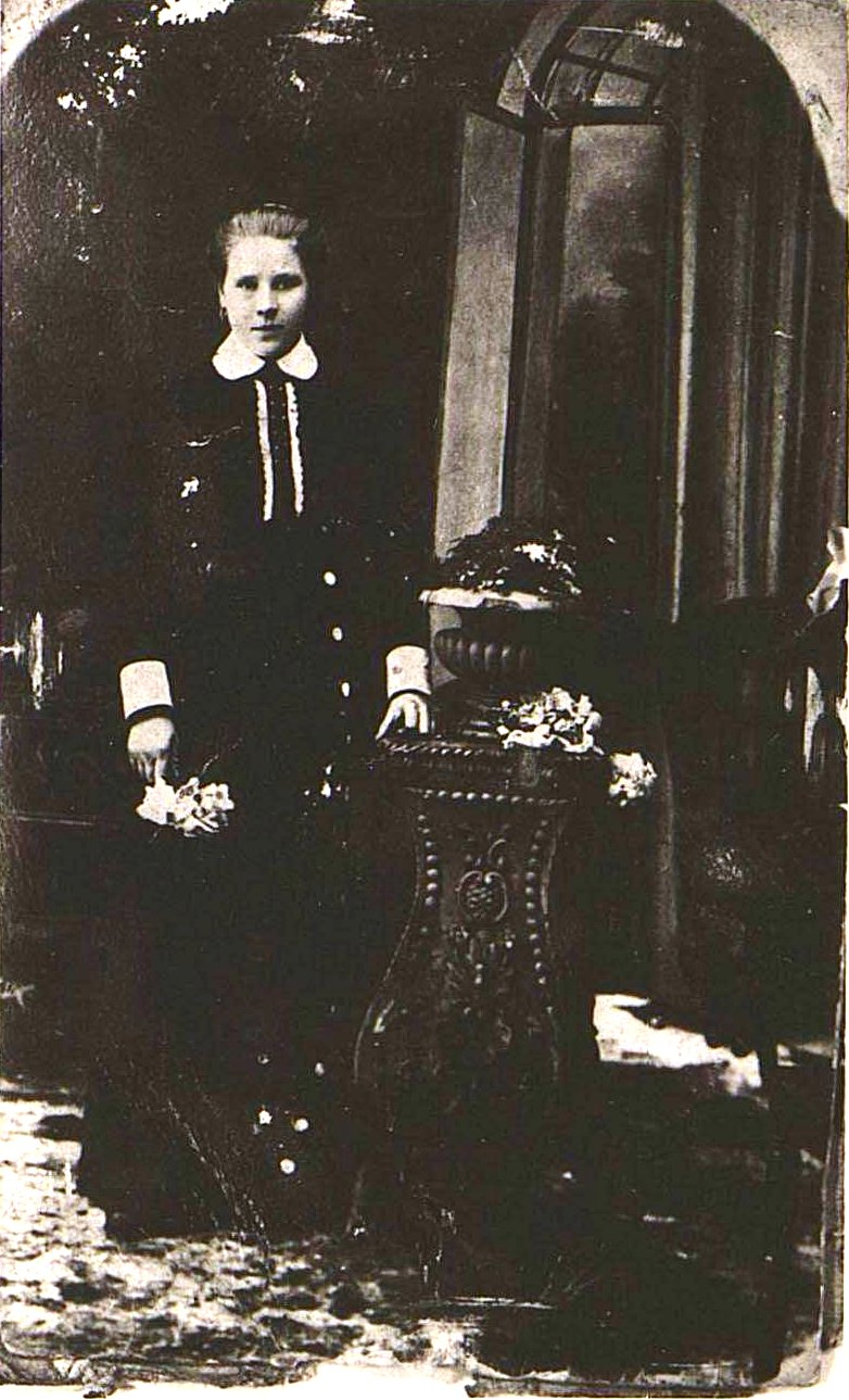 Катанова Екатерина Александровна, бахромщица. 1914