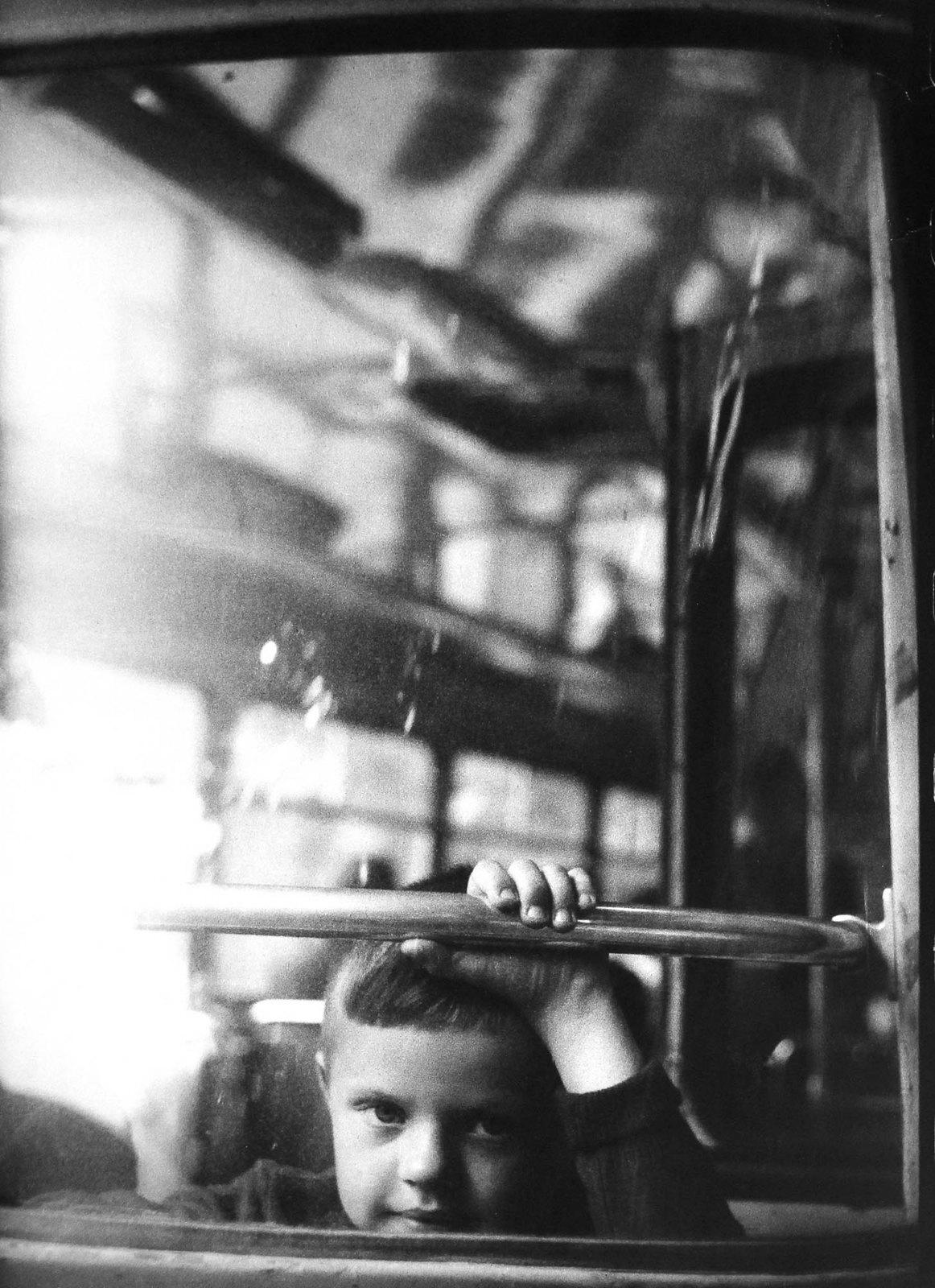24. 1962. Мальчик в автобусе