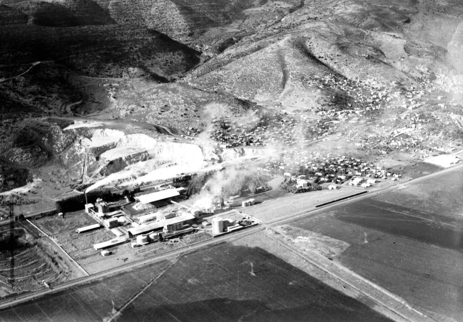 1945.Аэрофотоснимок цементного завода в Нешере, недалеко от города Хайфа