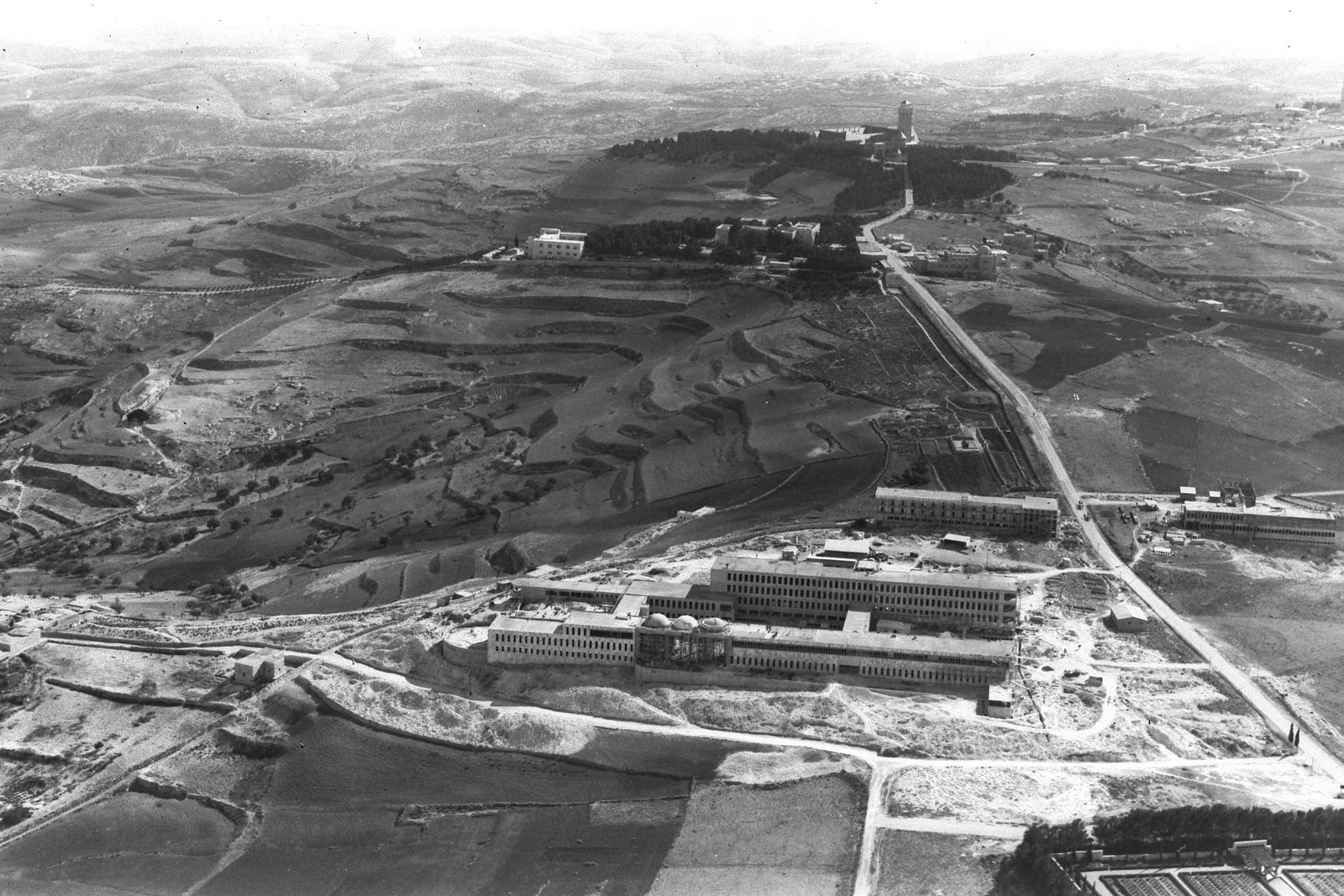 1937. Вид с воздуха на Медицинский центр «Хадасса», Еврейский университет и Больницу Августа Виктория в Иерусалиме