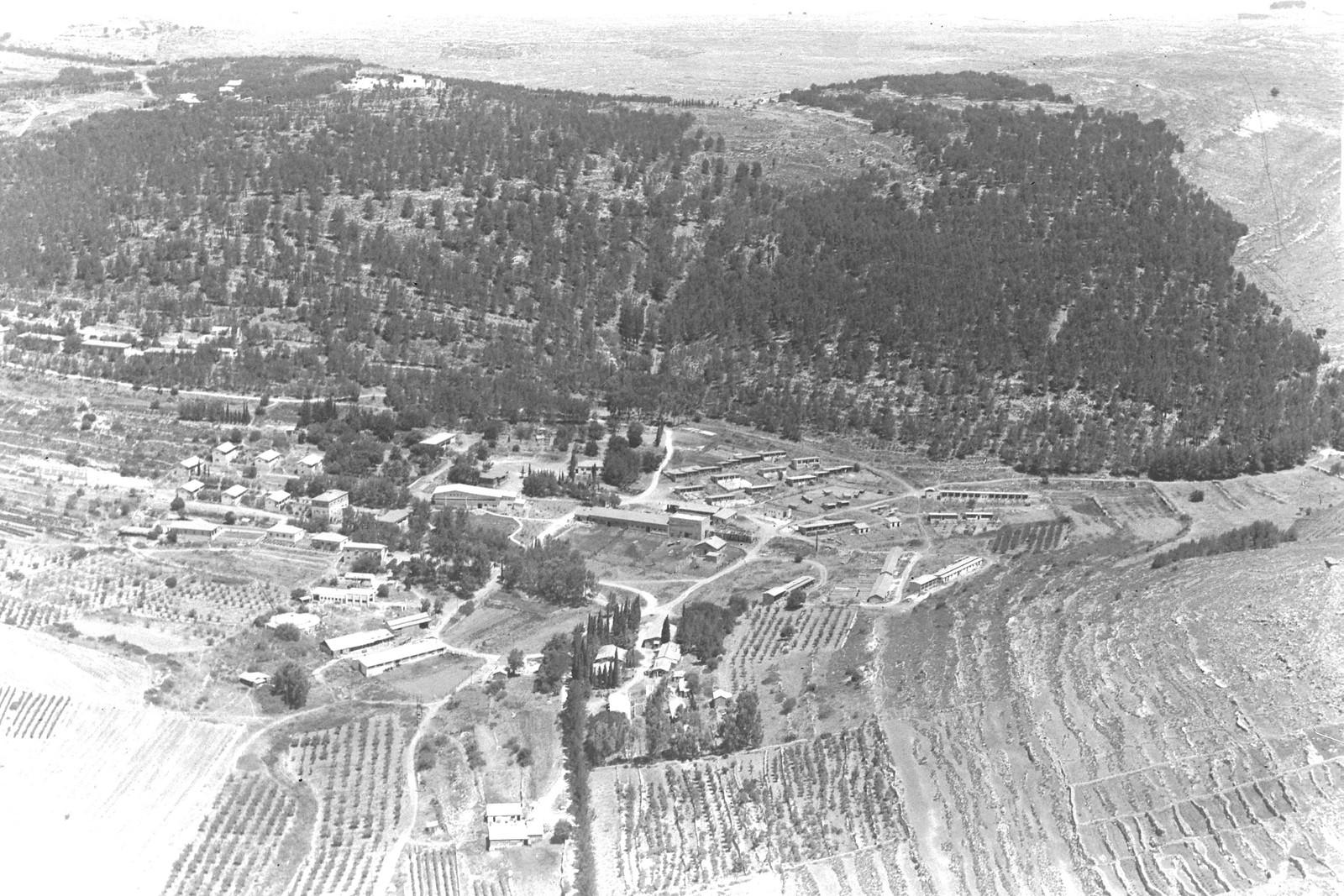 1942. Аэрофотоснимок кибуца Кирьят-Анавим в Иерусалимских горах.