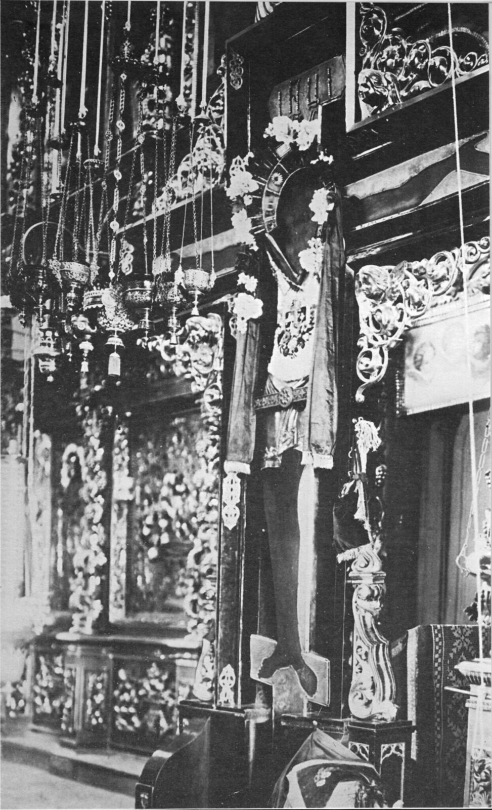 11. Святой Чудотворный Крест в интерьере Успенского собора