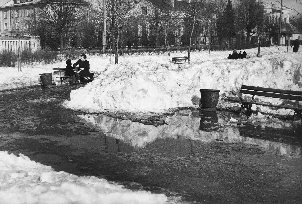 1955. Площадь у озера