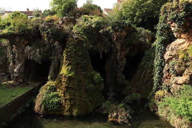 La grotte de Circé les cascades de la grotte du parc Fauvel à Villennes-sur-Seine