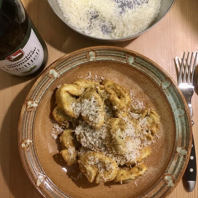 Tortellini mit Ricotta-Nusssauce, Knoblauch und Parmesan