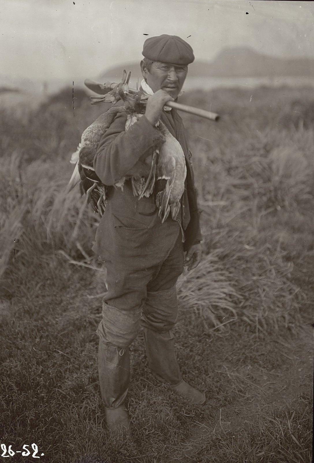 1909. 8 ноября. Иван Черкашин возвращается с охоты. Умнак остров, село Никольское