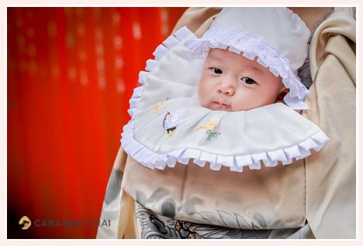初宮参り 帽子とよだれかけをつけた赤ちゃん